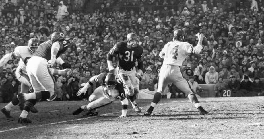 The Chicago Bears defeat the New York Giants 14-10 in the NFL Championship. The Super Bowl had yet to be introduced. Photo: Robert Riger, Getty Images / 1963 Robert Riger