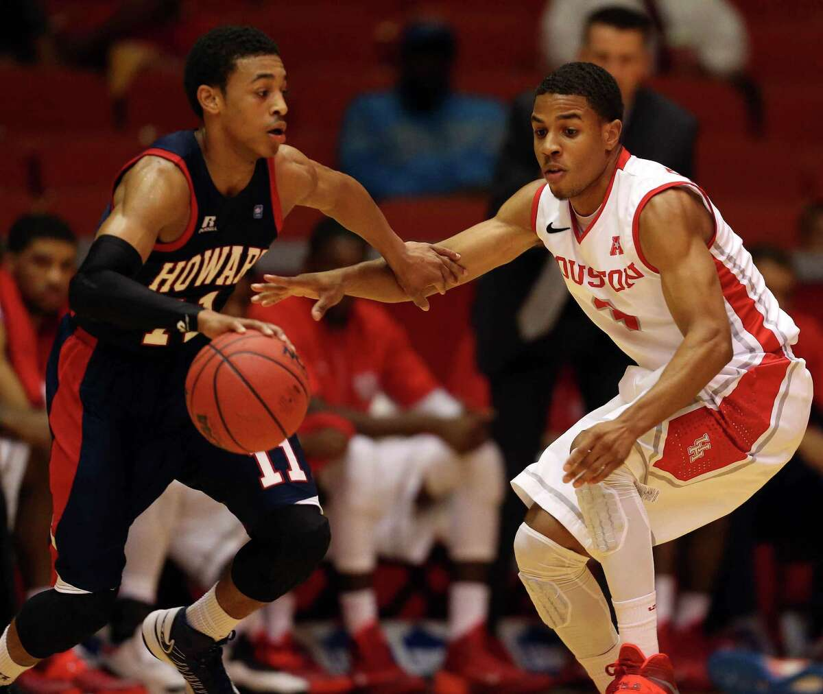 Houston's Jaaron Simmons, right, defends Howard's James Daniel during the first half of an NCAA college basketball game, Thursday, November 21, 2013, at Hofheinz Pavilion in Houston.