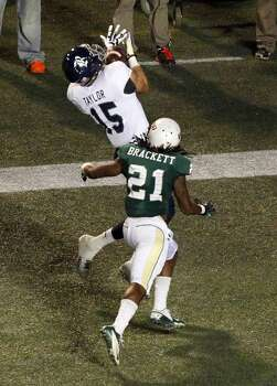 Rice wide receiver Jordan Taylor (15) catches a pass for a touchdown over UAB cornerback Kelton Brackett (21). Photo: Butch Dill, Associated Press