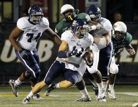Rice quarterback Taylor McHargue (16) scrambles for a first down. Photo: Butch Dill, Associated Press