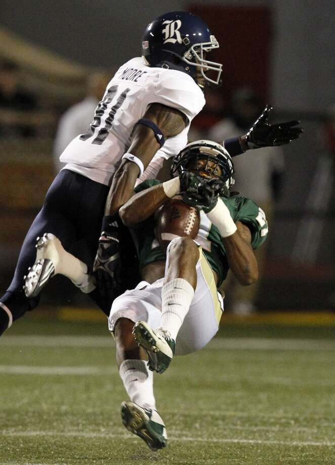 UAB cornerback Kelton Brackett (21) nearly intercepts a pass intended for Rice wide receiver Donte Moore (81). Photo: Butch Dill, Associated Press