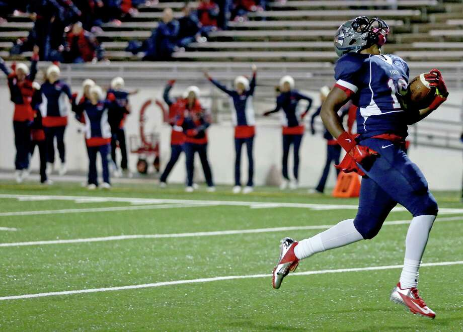 11/22/13: Manvel Maverick Sean Dykes (19) scores on a 24 yard touchdown reception against the George Bush Broncos defense in a high school play-off game at Veterans Memorial Stadium in Pasadena, TX. Photo: Thomas B. Shea, For The Chronicle / © 2013 Thomas B. Shea