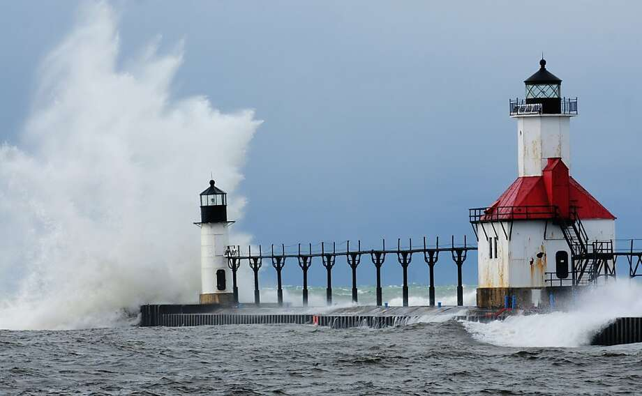 Waves crash into the St. Joseph inner and outer lighthouses on Friday, Nov. 22, 2013, in St. Joseph, Mich. \mibenap\(AP Photo/The Herald-Palladium, Don Campbell) Photo: Don Campbell, Associated Press