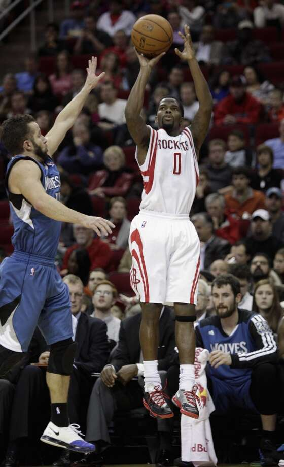 Rockets point guard Aaron Brooks (0) puts up a jumper. Photo: Bob Levey, Houston Chronicle