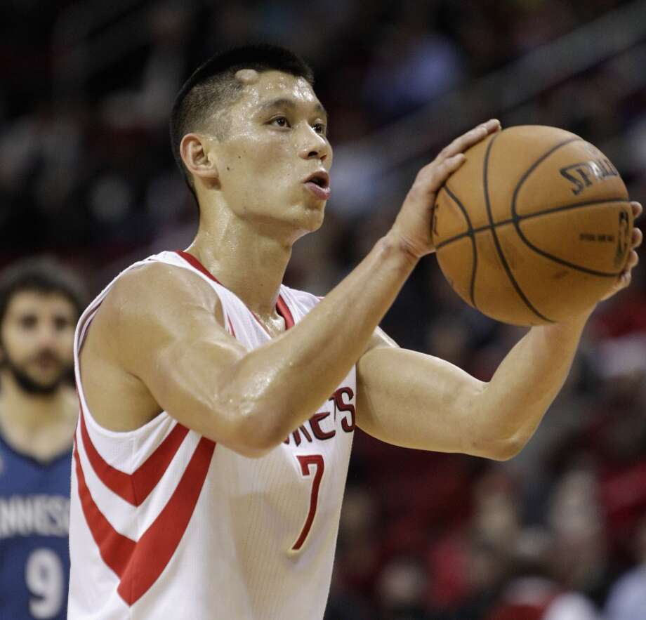 Rockets point guard Jeremy Lin (7) sports a knot on his forehead after being struck in the head. Photo: Bob Levey, Houston Chronicle