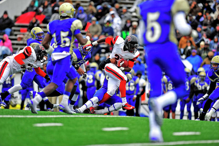 Port Arthur Memorial Titans Corey Dauphine runs for a first down agaisnt the Elkins Knights at Pasadena, Saturday. Michael Rivera/@michaelrivera88