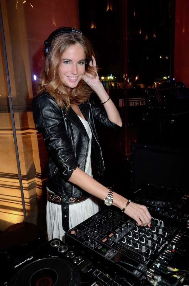 DJ Julia attends the Pirelli 2012 Calendar Launch At Restaurant L'Opera - Photocall & Cocktail on January 12, 2012 in Paris, France. Photo: Foc Kan, Getty Images / 2012 FocKan