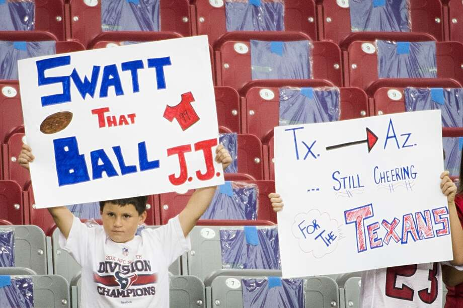 Fans cheer as the teams warm up before the Nov. 10 game in Glendale, Ariz. Photo: Smiley N. Pool, Houston Chronicle