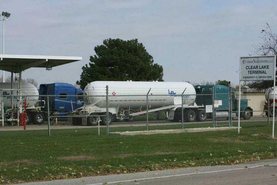 Trucks line up to get propane in Clear Lake, Iowa. The country is shipping record levels of propane and propylene abroad. Photo: Jeff Heinz / Associated Press