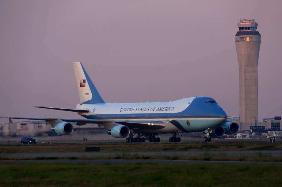 President Barack Obama arrives on Air Force One before attending two Seattle-area fundraisers on Sunday, Nov. 24, 2013. Photo: JORDAN STEAD