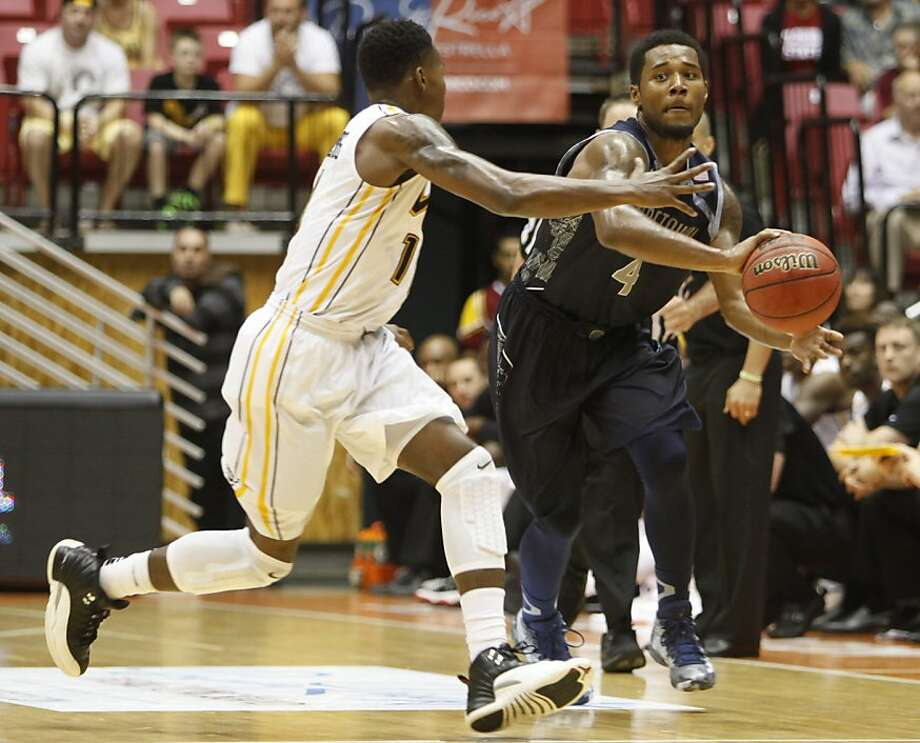 Georgetown guard D'Vauntes Smith-Rivera looks to pass. Photo: Ricardo Arduengo, Associated Press