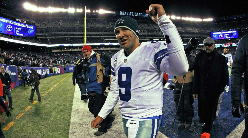 Dallas Cowboys quarterback Tony Romo (9) acknowledges fans at the end of the game against the New Yo