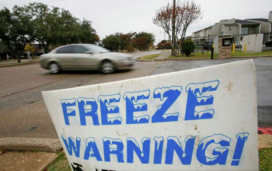 A sign alerting residents to a possible freeze sits near the driveway of some apartments off of Whispering Hills in northeast Dallas, near Abrams and 635, as an arctic cold front begins to move into the North Texas area on Sunday, November 24, 2013.  (Louis DeLuca/Dallas Morning News) Photo: Louis DeLuca, Staff Photographer / 00020033A