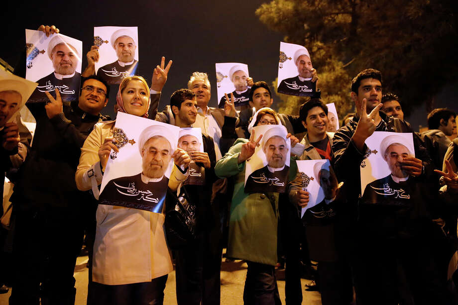 Iranians holding posters of President Hassan Rouhani welcome the return of nuclear negotiators to Tehran. Photo: Hemmat Khahi, HOEP / Iranian Students News Agency, IS