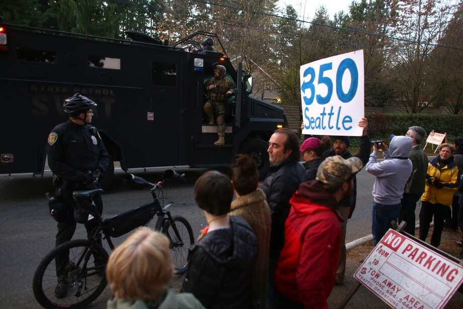 Spectators and people opposed to the Keystone XL pipeline wait for the motorcade of President Barack Obama to pass. The president attended a fundraiser at the northwest Seattle home of business owner Tom Campion. Photo: JOSHUA TRUJILLO, SEATTLEPI.COM