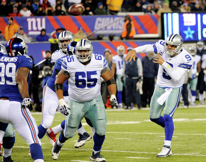 Dallas Cowboys quarterback Tony Romo (9) throws a touchdown pass to tight end Jason Witten during th