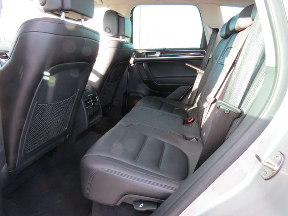 The rear seats are comfortable and have enough room for two people to travel long distances. With three people, it's still okay, but a bit crowded.
