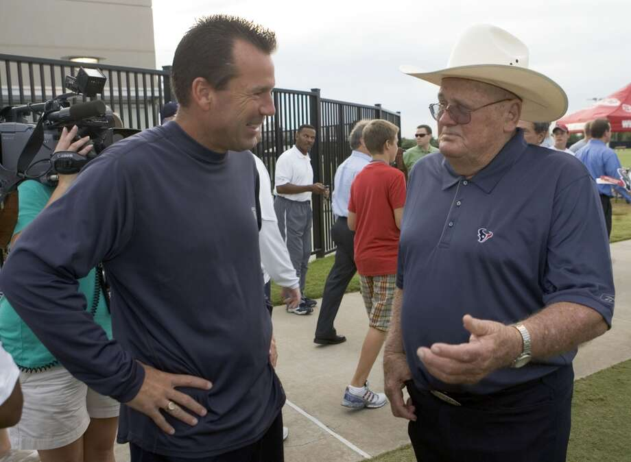 Gary Kubiak, left, talks with former Oilers head coach Bum Phillips before practice during training camp in 2007. Photo: Brett Coomer, Houston Chronicle