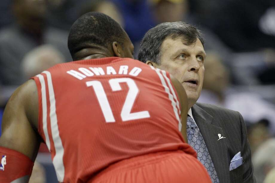 Rockets head coach Kevin McHale speaks with center Dwight Howard during a matchup with the Grizzlies. Photo: Danny Johnston, Associated Press
