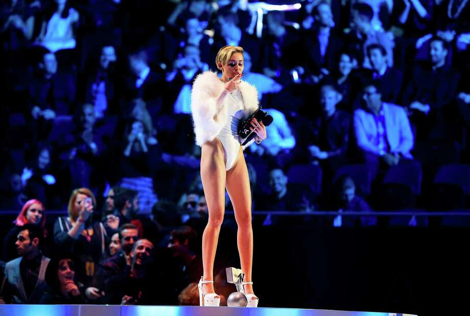 Miley Cyrus smokes on stage during the MTV Europe Music Awards 2013 ceremony in the Ziggo Dome, Amsterdam, The Netherlands, Nov. 10, 2013. Photo: Sven Hoogerhuis; Pool, Sven Hoogerhuis; Pool/picture-al / AP2013