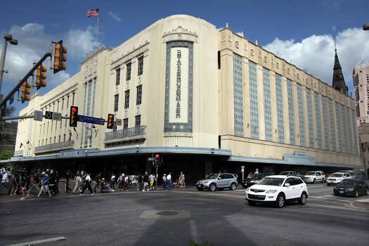 Rivercenter mall: Open 11 a.m. to 7 p.m. Thanksgiving Day. Will reopen at 8 a.m. to 10 p.m. Black Friday; www.shoprivercenter.com Photo: TOM REEL, San Antonio Express-News / TREEL@EXPRESS-NEWS.NET