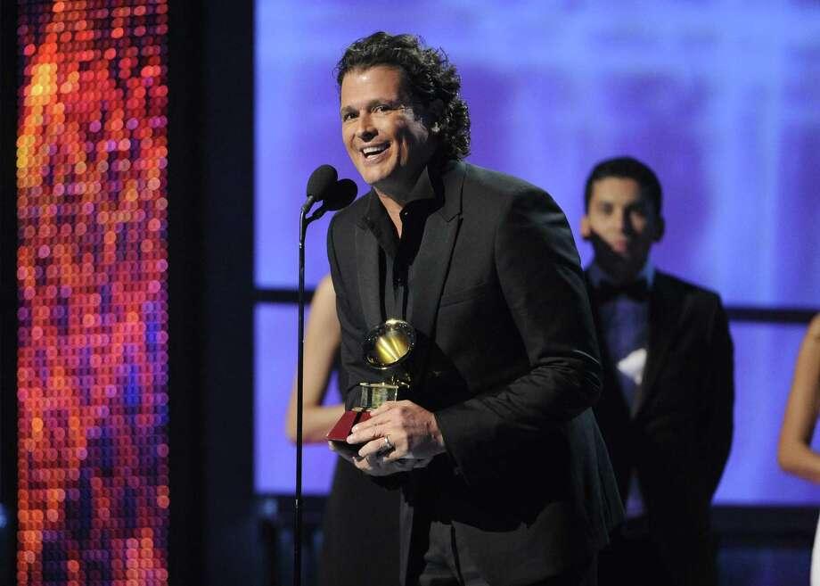 """Carlos Vives recibe el premio al mejor album tropical fusión por """"Corazón profundo"""" de los Grammys. Tambien recibió gramófonos por los rubros de mejor canción del año y mejor canción tropical con """"Volví a nacer"""". Photo: Chris Pizzello / Associated Press"""