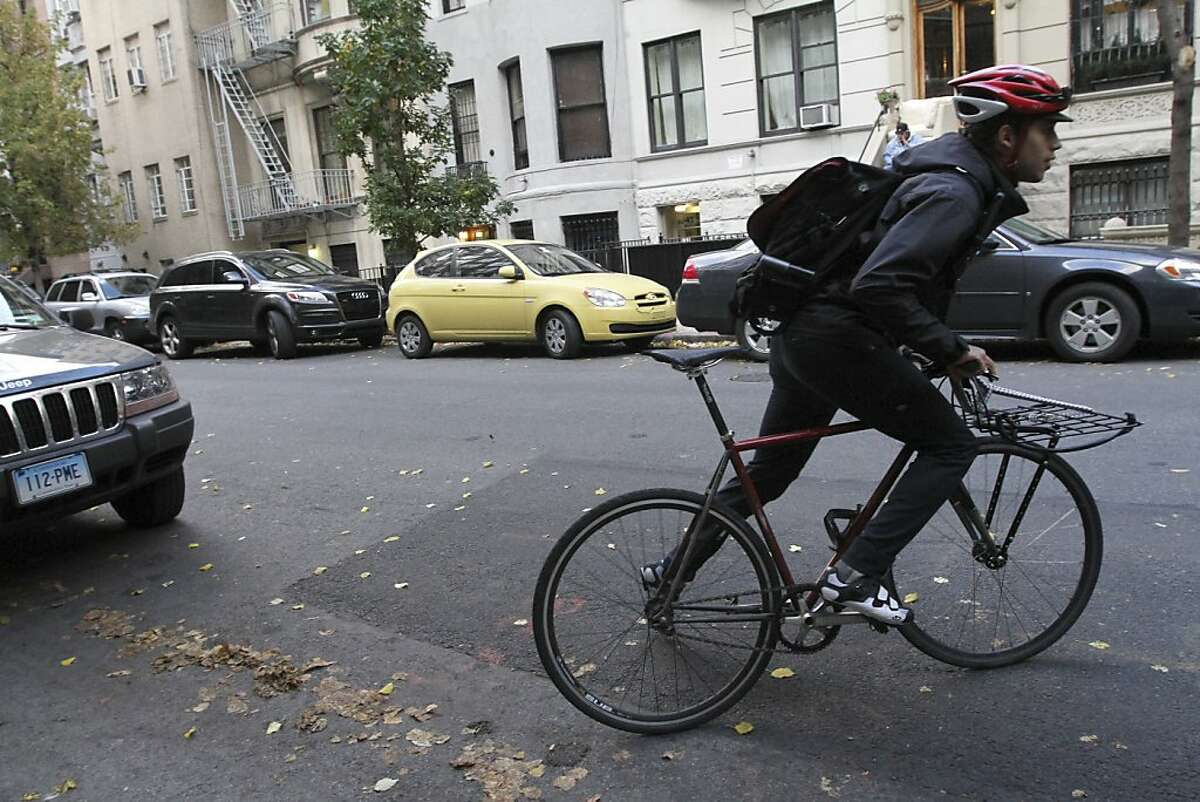 """Fermin Andujar, left, a valet for eBay Now, after a delivery in New York, Nov. 8, 2013. The app for eBay Now, the company's local shopping service, promises that valets will complete a shop-and-drop-off not just in the same day but """"in about an hour,"""" a timetable crucial to the company's intensifying efforts to one-up Amazon in the delivery game. (Tina Fineberg/The New York Times)"""