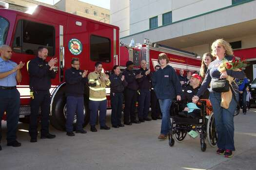 Houston firefighters applaud as Capt. Bill Dowling is released from the hospital Wednesday, Nov. 27, 2013, in Houston. Dowling has been hospitalized since the deadly motel fire on May 31. Dowling rode home in HFD Engine 68. Photo: Brett Coomer, Houston Chronicle / © 2013 Houston Chronicle