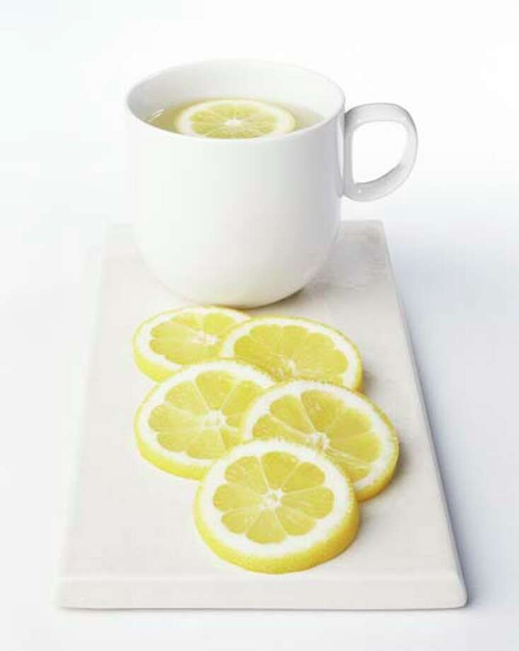 When life hands you lemons, squeeze them in hot water and sip. Photo: Microzoa, Getty Images / (c) Microzoa