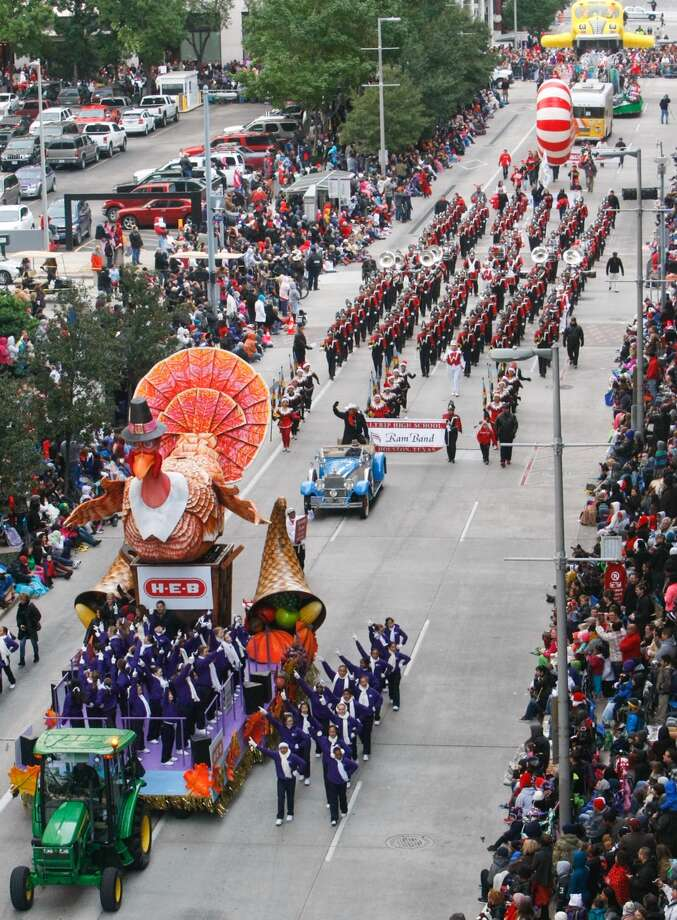 Spectators watch the Thanksgiving Parade along Milam Street. Photo: Cody Duty, Houston Chronicle