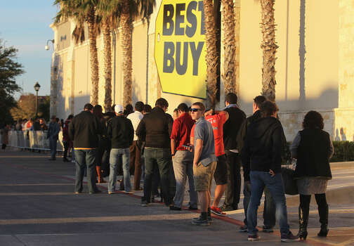 A long line snakes around the Best Buy store at the Rim shopping center on Thanksgiving Day Thursday November 28, 2013. The shopping frenzy on Thanksgiving night is known as Gray Thursday. Photo: JOHN DAVENPORT, San Antonio Express-News / ©San Antonio Express-News/Photo may be sold to the public