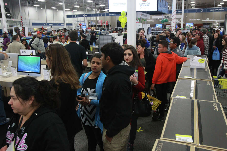 Customers at the Best Buy at the Rim look for merchandise on Gray Thursday November 28, 2013. Photo: JOHN DAVENPORT, San Antonio Express-News / ©San Antonio Express-News/Photo may be sold to the public