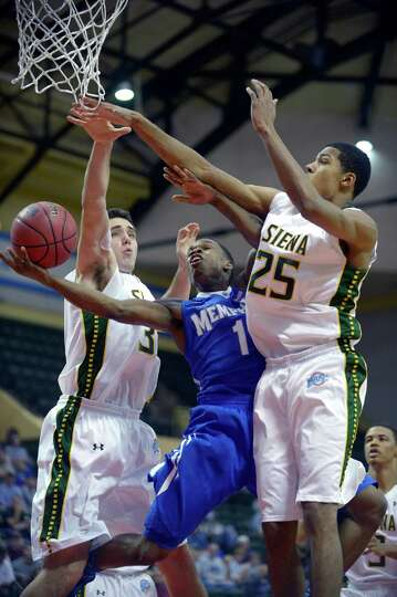 Memphis guard Joe Jackson (1) goes up for a shot between Siena's Brett Bisping, left, and Michael Wo