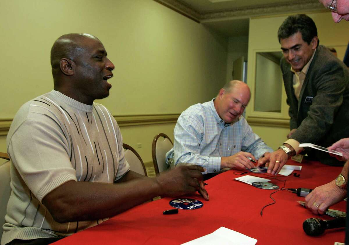 Former San Antonio high school football greats Warren McVea, from the left, and Linus Baer sign autographs following their appearance at a sports luncheon at The Bright Shawl in San Antonio, Saturday, Monday, November 19, 2007. ( Photo by J. Michael Short / SPECIAL )