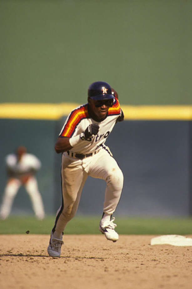 Eric Yelding #15 of the Houston Astros runs to third base during a baseball game against the Philadelphia Phillies on August 1, 1989 at Veterans Stadium in Philadelphia, Pennsylvania.  (Photo by Mitchell Layton/Getty Images) Photo: Mitchell Layton, Getty Images / 2007 Mitchell Layton