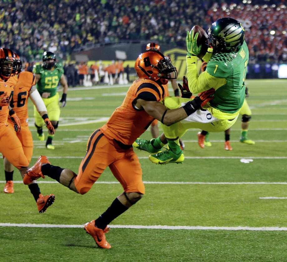 Oregon receiver Josh Huff, right, hauls in the winning touchdown against Oregon State defender Tyrequek Zimmerman  during the second half of an NCAA college football game in Eugene, Ore., Friday, Nov. 29, 2013. Oregon won 36-35. (AP Photo/Don Ryan) ORG XMIT: ORDR111 Photo: Don Ryan / AP