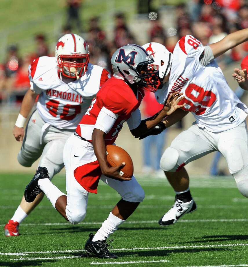 Manvel's D'Eriq King (10) rushes past Memorial's John Tucker (40) and Merritt Chastain (88) during a high school playoff football game Saturday, Nov. 30, 2013 at Mercer Stadium in Sugar Land, Texas. (Bob Levey/Special To Chronicle) Photo: Bob Levey, Special To The Chronicle / ©2013 Bob Levey