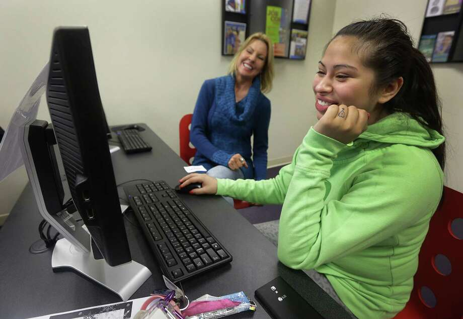Elaine Hartle (left), director of THRU Project, helps Jessica Urias, 19, with an online application form at PAL Aftercare. Photo: Bob Owen / San Antonio Express-News