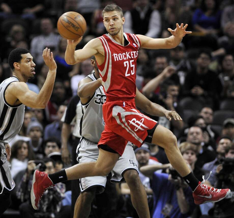 Rockets forward Chandler Parsons passes around Spurs shooting guard Danny Green. Photo: Darren Abate, Associated Press