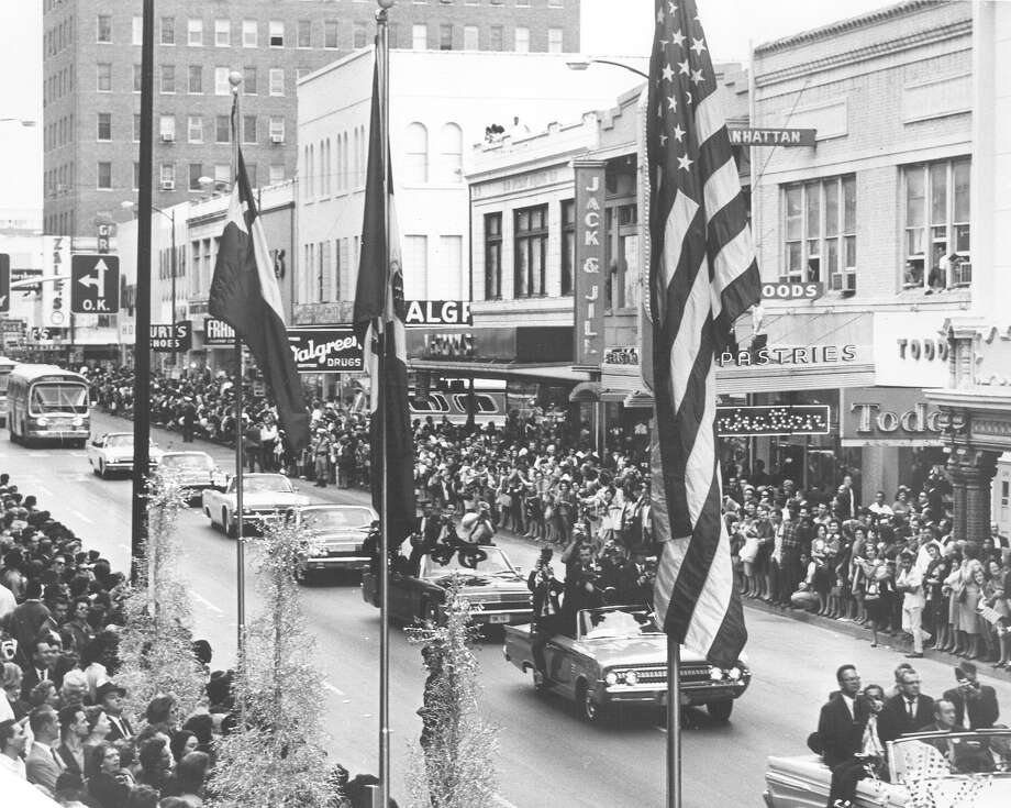 President John F. Kennedy's motorcade cruises down Houston Street in San Antonio on Nov. 21, 1963, the day before he was assassinated in Dallas. Photo: San Antonio Light File Photo