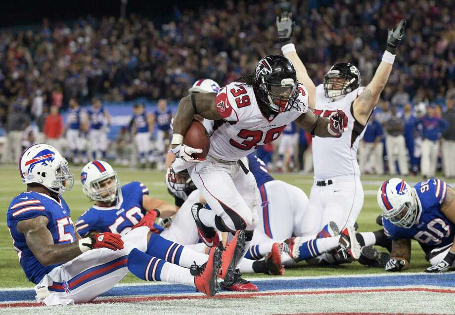Atlanta Falcons running back Steven Jackson scores the tying touchdown against the Buffalo Bills late in the fourth quarter of NFL football action in Toronto, Sunday Dec. 1, 2013. (AP Photo/The Canadian Press, Mark Blinch) ORG XMIT: MDB109 Photo: Mark Blinch / CP