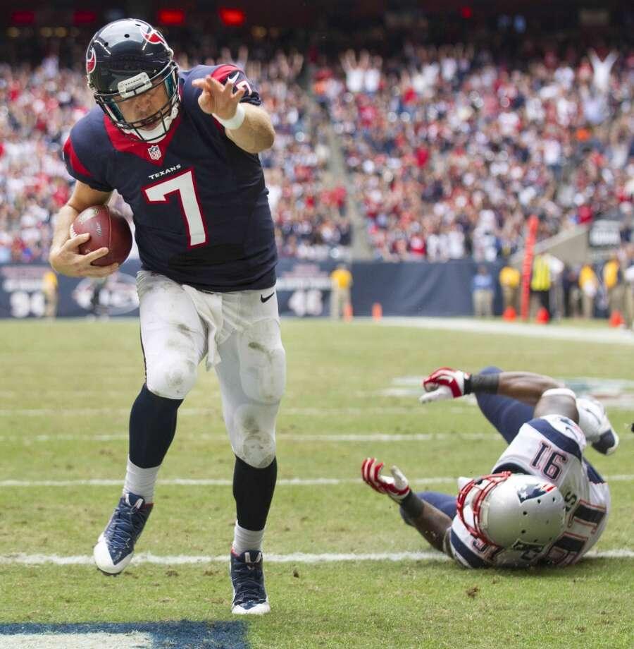 Texans quarterback Case Keenum breaks away from Patriots linebacker Jamie Collins for a 5-yard touchdown run. Photo: Brett Coomer, Houston Chronicle