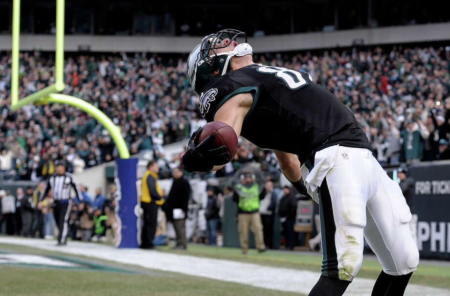 Philadelphia Eagles' Brent Celek celebrates after scoring a touchdown during the first half of an NFL football game against the Arizona Cardinals on Sunday, Dec. 1, 2013, in Philadelphia. Photo: Michael Perez, AP / FR168006 AP