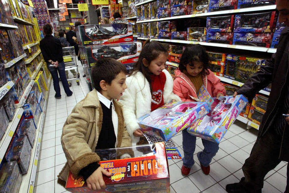 Families with multiple children learn that careful budgeting and shopping help keep them financially on track. Photo: FAYEZ NURELDINE, AFP/Getty Images / 2003 AFP