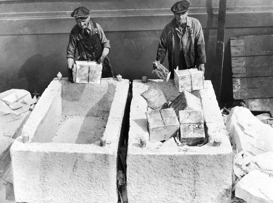 Workers unload cases of liquor from marble blocks, which were used to conceal alcohol, on a pier following the repeal of prohibition, Brooklyn, New York City. Photo: New York Times Co., Getty Images / Archive Photos