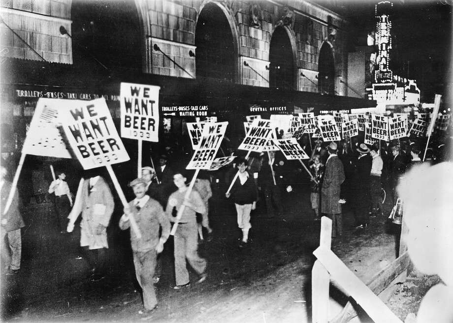 Workers demonstrating against prohibition in the streets of New York, Photograph, around 1933. Photo: Imagno, Getty Images / IMAGNO/Austrian Archives (S)