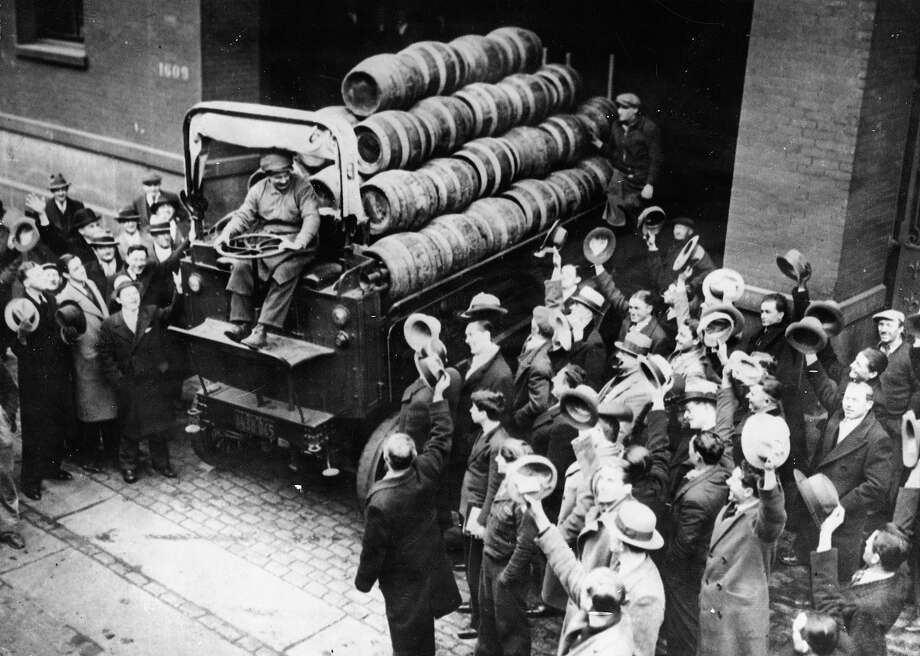 After the annulment of the prohibition a truck with beer barrels delights the crowd in New York. Photo: Imagno, Getty Images / IMAGNO/Austrian Archives (S)