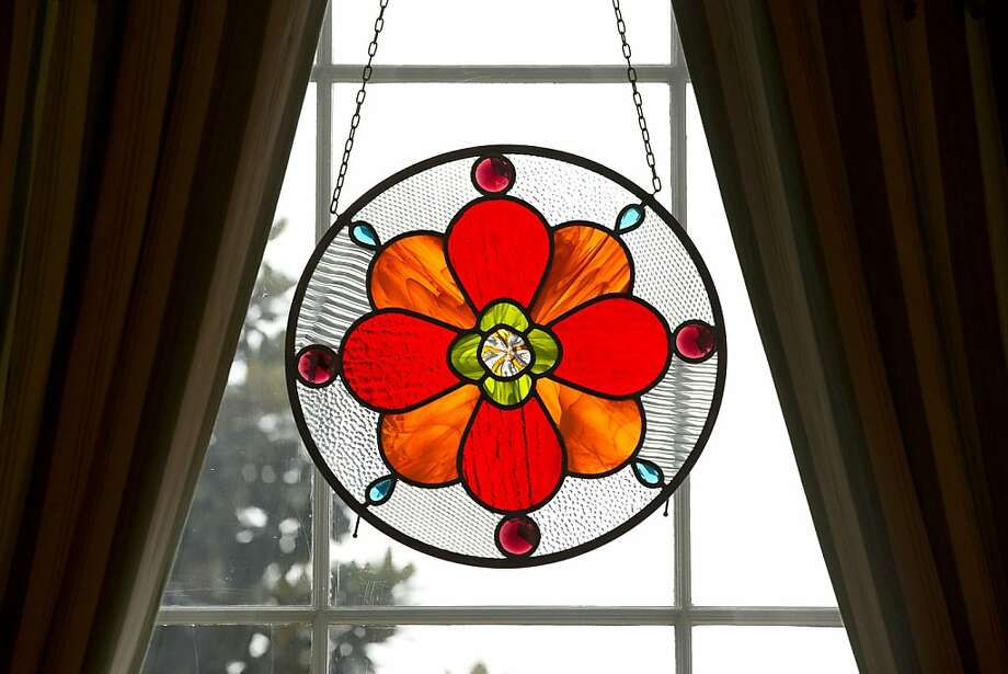A stained glass wreath hangs in the East Wing of the White House in Washington, Wednesday, Dec. 4, 2013, part of holiday decorations. Photo: Jacquelyn Martin, Associated Press