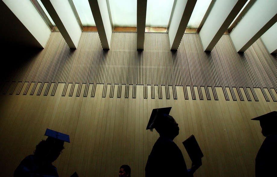 Associate degrees from Texas community colleges pay off, but convincing students to remain enrolled is a challenge. Photo: Express-News File Photo / SAN ANTONIO EXPRESS-NEWS