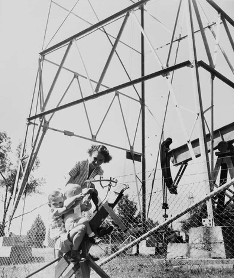 A mother and her children play next to a pumpjack in Kilgore. (Photo by Keystone-France/Gamma-Keystone via Getty Images) Photo: Keystone-France, Gamma-Keystone Via Getty Images / 1910 Keystone-France